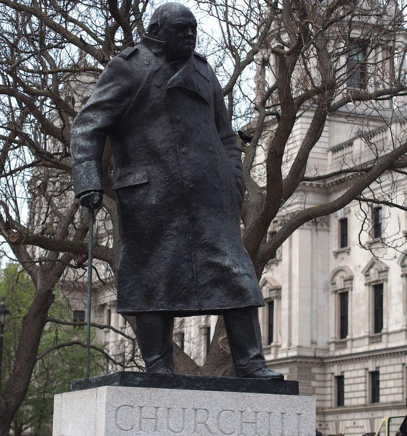 Realistinė Vinstono Čerčilio skulptūra Londone (skulptorius I.Roberts-Jonesas) pastatyta ant aukšto postamento. Foto: ©PILOTAS.LT