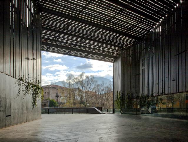 """La Lira teatro viešoji erdvė, arch. """"RCR Arquitectes"""" su J.Puigcorbé. Foto: H.Suzuki"""