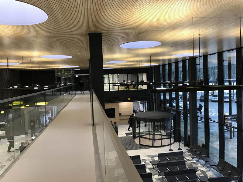 Sėkmingai suformuota laukimo salės erdvė ir stoties kontora antrame aukšte (arch.G.Balčytis ir grupė).