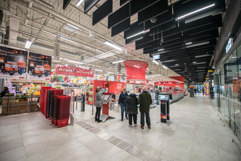 Didžioji objekto parduotuvė atskirta pasažu ir neklaidina keleivių (arch.G.Balčytis ir grupė).