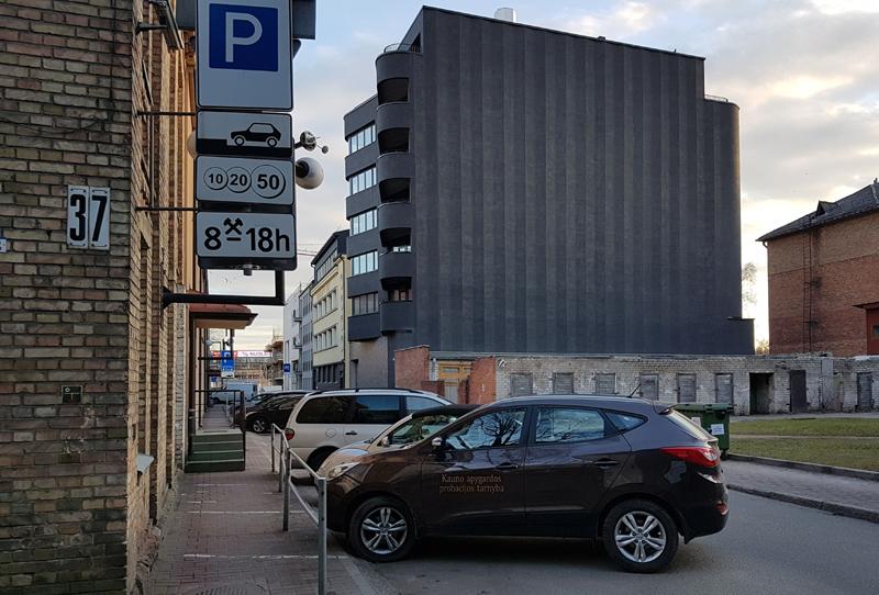 """Santūrios """"smetoniškos"""" plastikos daugiabutis siauroje Spaustuvininkų gatvelėje – vienas retų kontekstualumo pavyzdžių Lietuvoje (arch.G.Balčytis ir grupė)."""