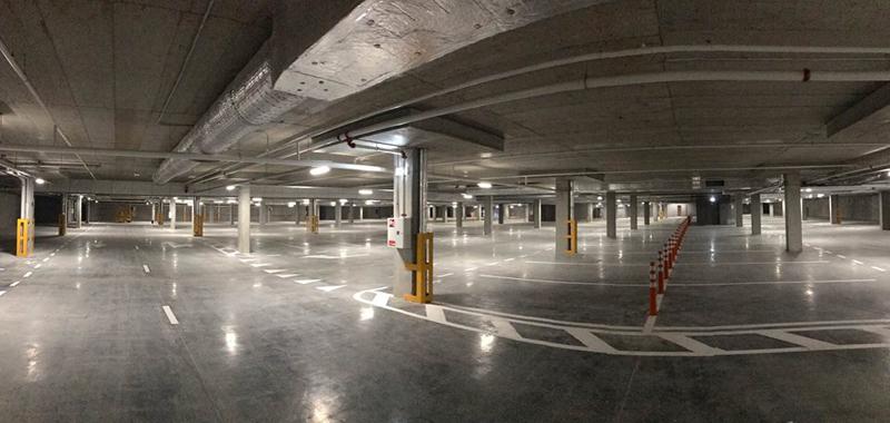"""Požeminis objekto parkingas ir jo įvažos – praktiškos ir """"nematomos"""" (arch.G.Balčytis ir grupė)."""