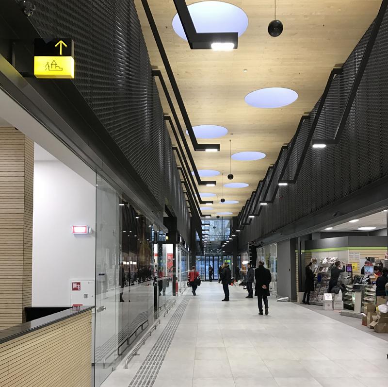 Skersinis objekto pasažas jungia Vytauto pr. ir peroną (arch.G.Balčytis ir grupė).