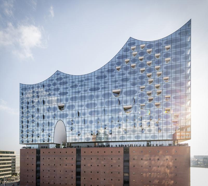 """Elbės filharmonijos """"burlaivis"""" tapo žymiausiu Hamburgo uostamiesčio """"landmarku"""" (arch. Herzog & de Meuron)"""