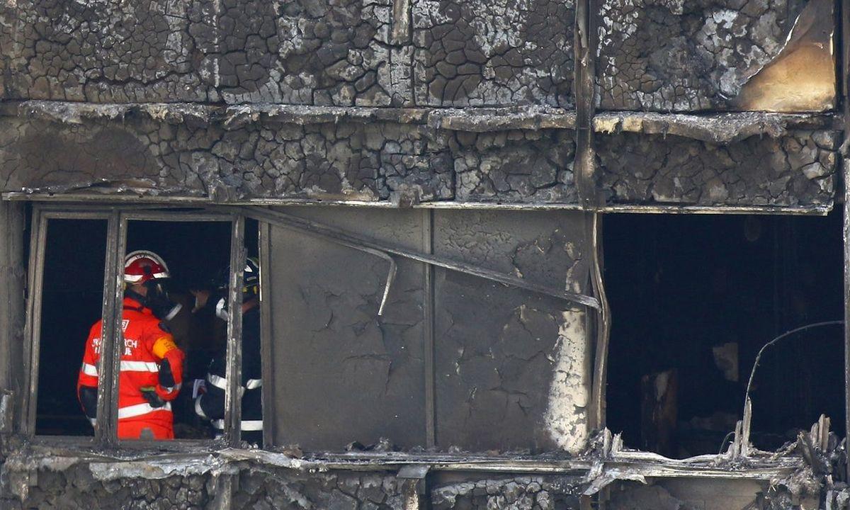 Manoma, kad pagrindinė tragiškai pasibaigusio gaisro priežastis – degi fasadų apdailos medžiaga. Nuotrauka: Rick Findler/PA