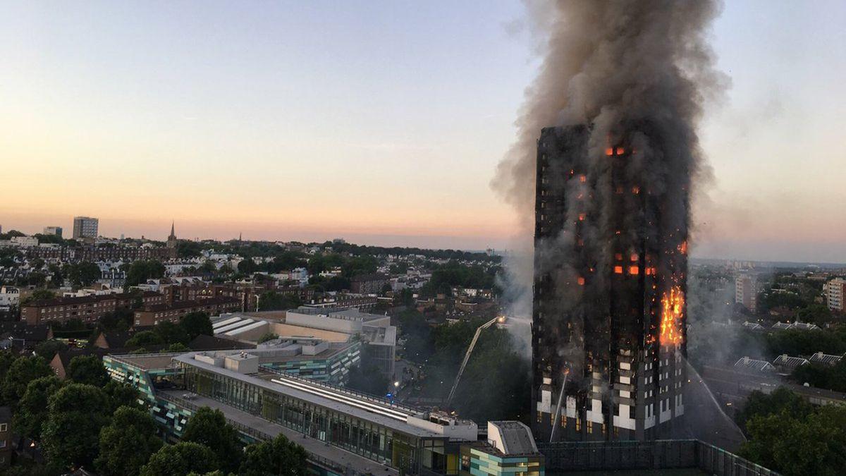 """Prieš savaitę Londono bokštą """"Grenfell"""" nusiaubęs gaisras, pražudė 79 žmones. Nuotrauka: dezeen.com"""