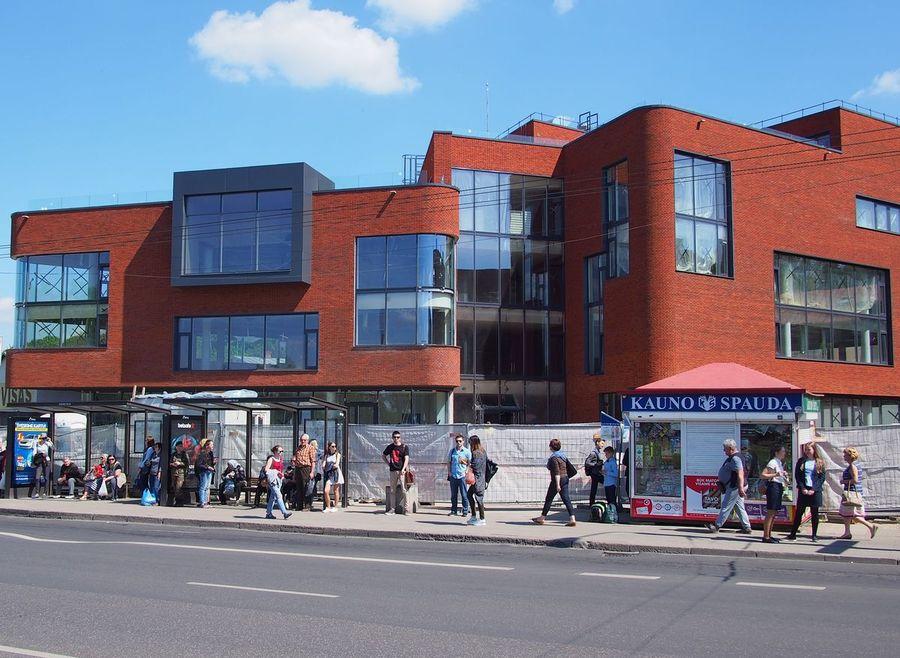 """Pagal G.Kančaitės, A.Kančo bei G.Mačiulio projektą pastatytas verslo centras """"Jonavos 30"""" šiuolaikinėmis architektūros formomis mezga dialogą su Kauno senamiesčiu"""