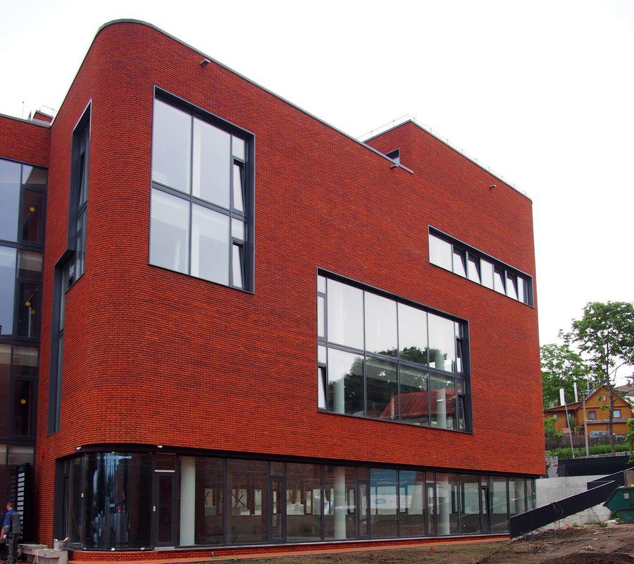 Projektuotojams sunkiausia buvo tinkamai išdėlioti langų kompoziciją, kad dėl nereguliaraus jų ritmo nenukentėtų darbo vietų apšvietimas.