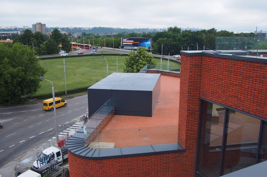 Iš ant stogų įrengtų terasų atsiveria platūs Senamiesčio bei Neries slėnio vaizdai.