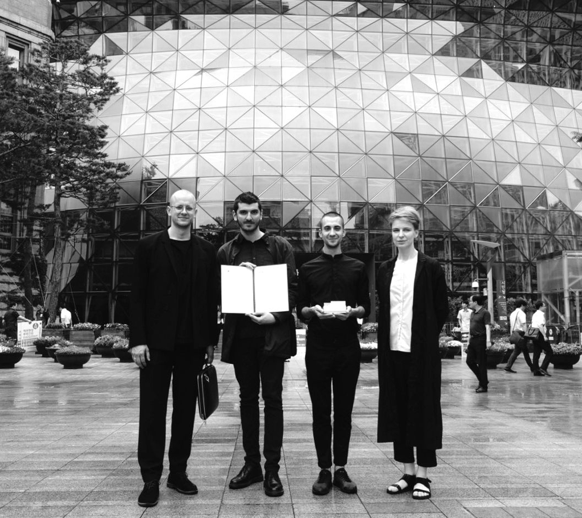 Vilniaus architektų grupė KILD – Petras Išora, Ivane Ksnelashvili, Dominykas Daunys, Ona Lozuraitytė – atsiėmė tarptautinį apdovanojimą Seulo savivaldybėje. Foto: asmenukė