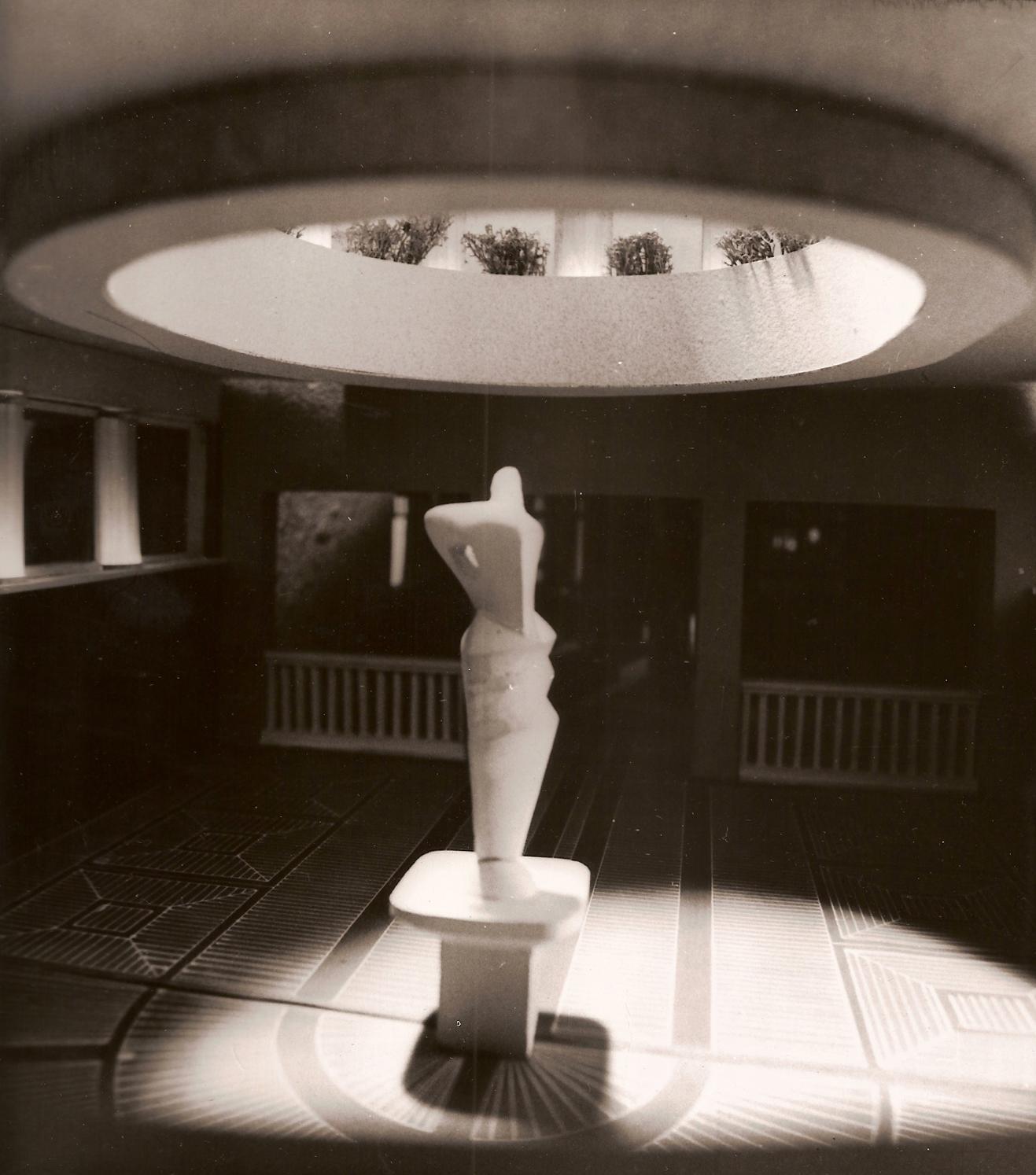"""1986-aisiais kavinės """"Tulpė"""" konkursą laimėjo architektų Antano Tarnausko, Dalios Laurinaitienės ir skulptoriaus Vytauto Naručio projektas."""