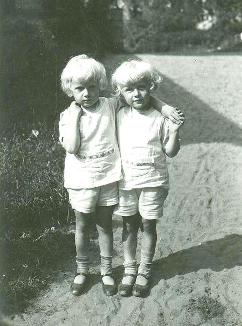 Broliai Nasvyčiai gimė 1928 balandžio 8-tą karo gydytojo Kazimiero Nasvyčio šeimoje, Kaune. (A.Nasvyčio archyvo nuotrauka)