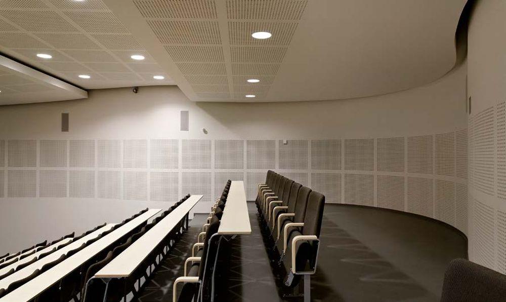 Vordingborgo karinės mokyklos (arch. Kim Bjorn) auditorija – kuklus, techniškas ir efektyvus akustikos sprendimas.