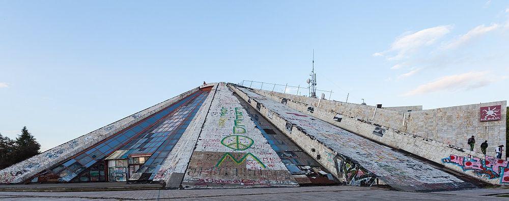 Albanisjos komunistų partijos lyderį turėjusi išaukštinti piramidė daugiau nei dešimtmetį stūkso apleista. Foto: Wikipedia