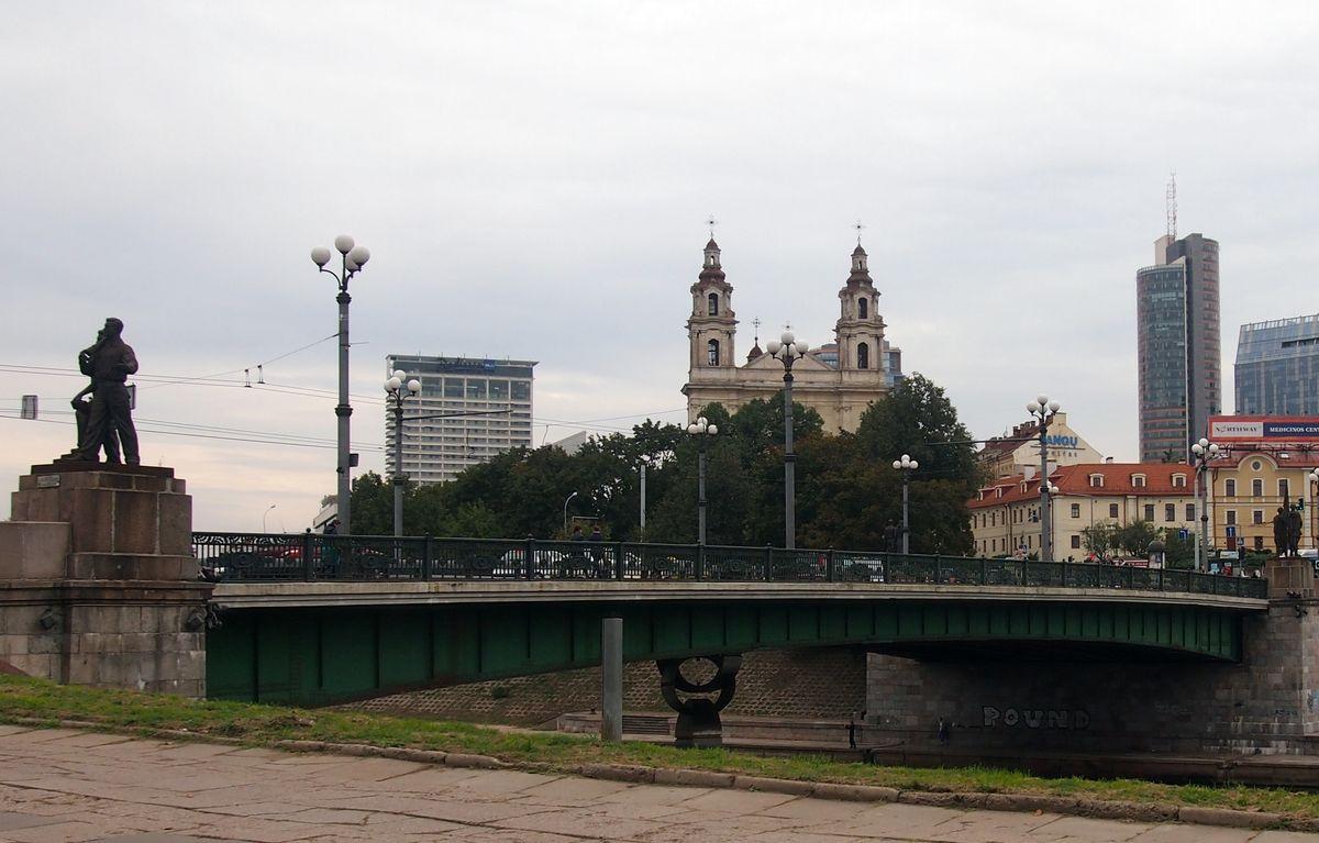 Pokaryje ant Vilniaus Žaliojo tilto pastatytos socialistinio realizmo skulptūros čia prastūksojo iki pat 2015-ųjų, kol galiausiai buvo nukeltos. Foto: ©PILOTAS.LT