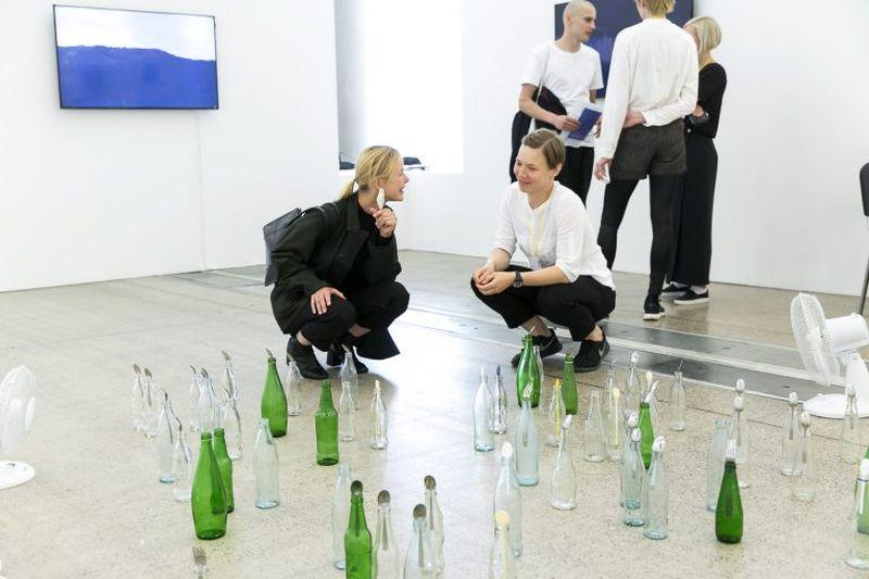 """Geriausios menininkės-moters nominacija ir piniginė premija už ekspozicijos ir kūrybos vientisumą apdovanota estų menininkė L.Kuusk, kurią mugėje pristatė """"Foku"""" galerija"""