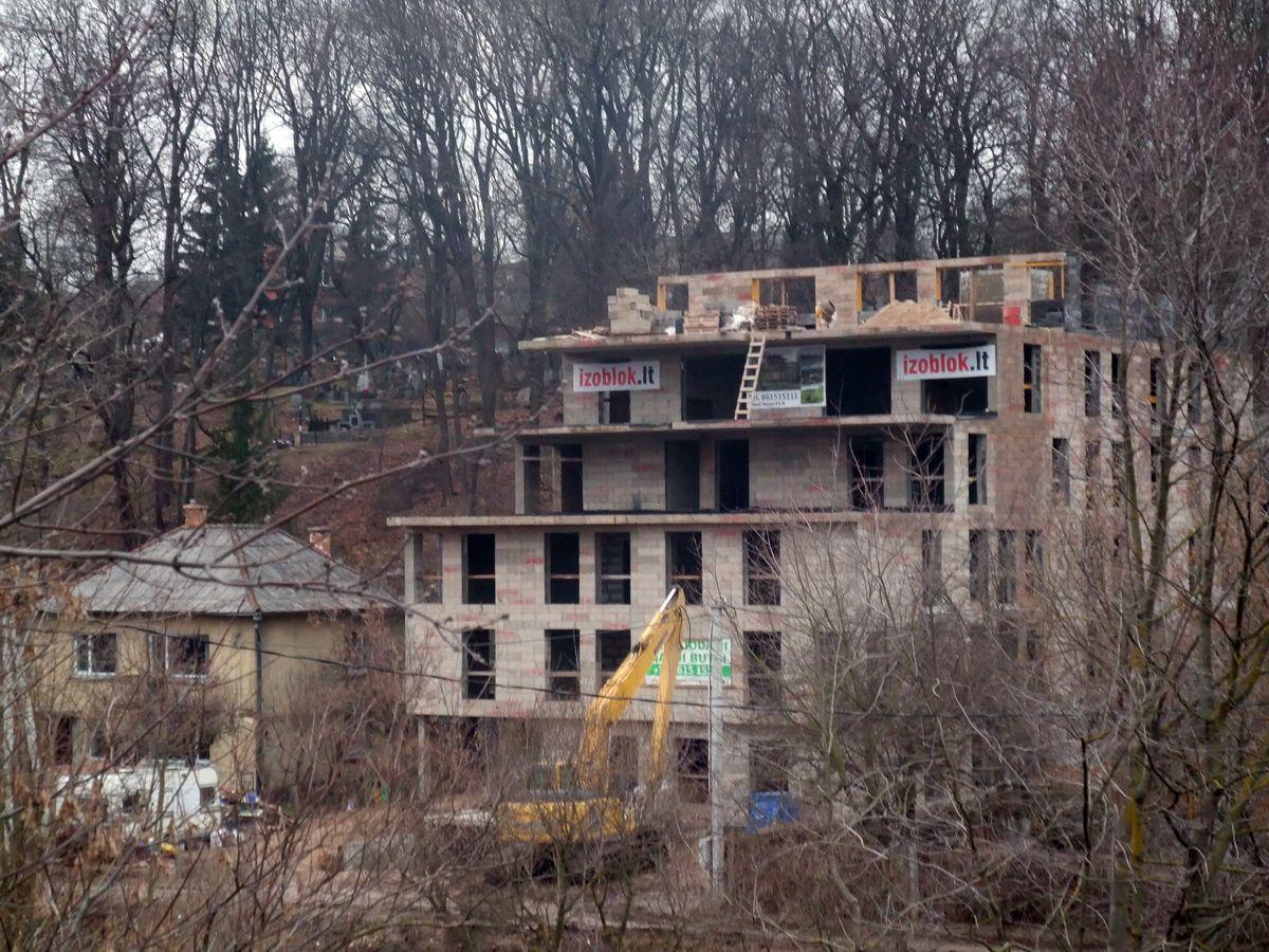 Architektų rūmų sprendimu patyręs architektas Henrikas Štaudė neteko atestato už šiurkščius pažeidimus projektuojant daugiabutį Zarasų g.15, Vilniuje.