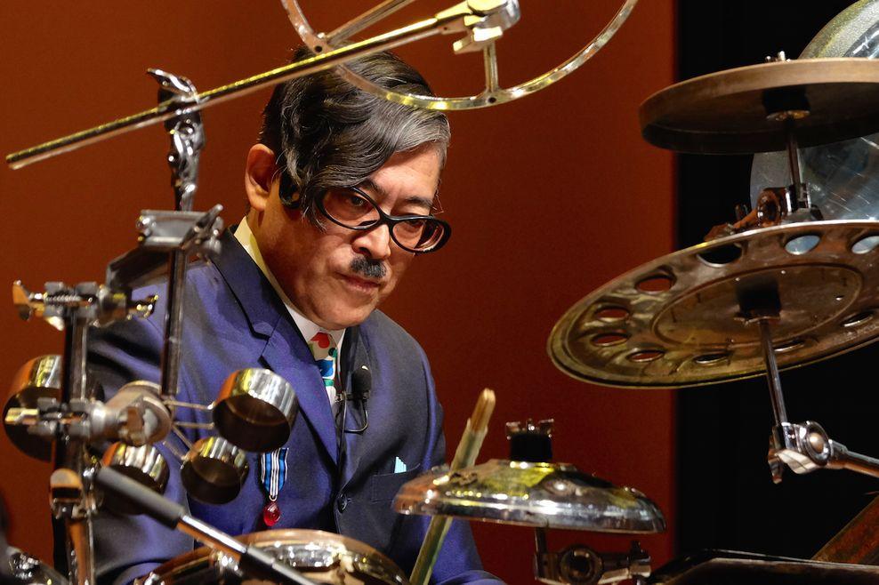 Tomo Yamaguchi konstruoja savo perkusines sistemas iš surastų daiktelių. Festivalis NOW JAPAN