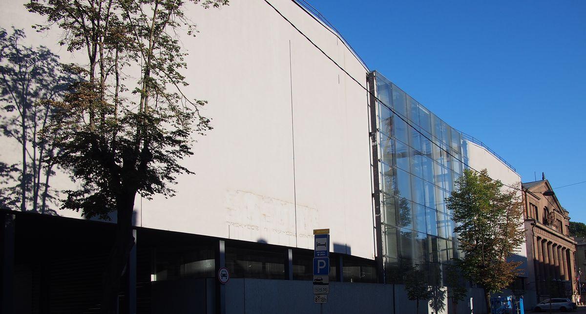 """Sąsajų su tarpukariu architektūriškai ieškojęs prekybos ir pramogų centras """"Sostinė"""" visgi ilgiau buvo uždarytas nei veikė (arch. G.Natkevičius, R.Adomaitis; 2003 m.). Foto: ©PILOTAS.LT."""