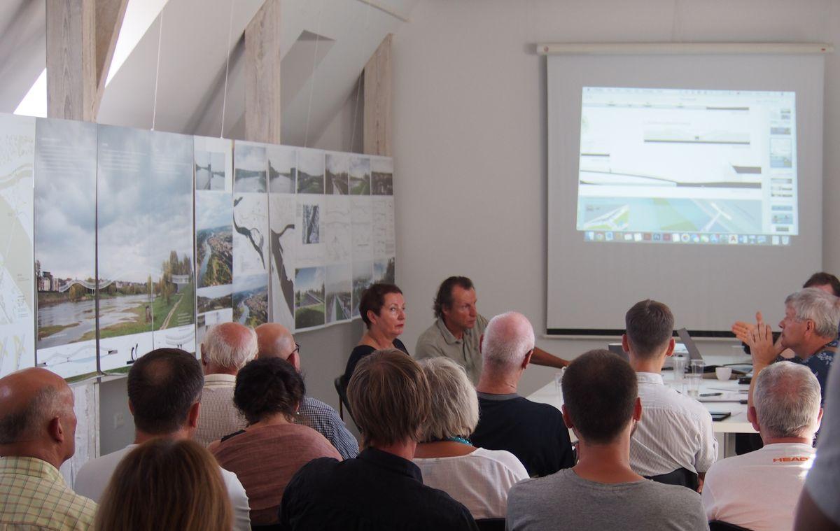 Nepaisant išskirtinės architektūrinės galimybės suprojektuoti pėsčiųjų tiltus pačiame Kauno centre, tiltų konkurse dalyvavo vos 7 autorių kolektyvai. Konkurso projektų aptarimo momentas. Nuotrauka: ©PILOTAS.LT