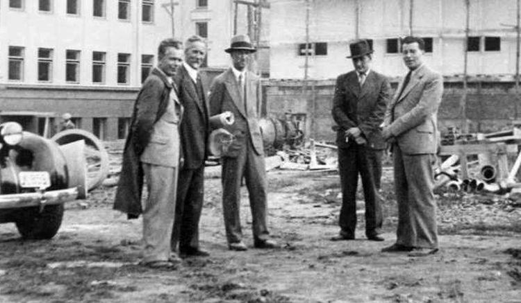 Aukštesniosios technikos mokyklos statyba. Architektas dr. Stasys Kudokas, dėstytojas V. Rostkauskas, inž. J. Kiškinas su rūmų statybos rangovais Ilgovskiais. 1938 m.