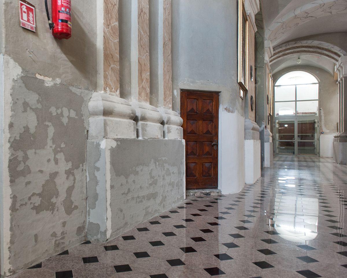 Per ilgus metus Bazilikos sienose tūnanti drėgmė ardo ne tik fasado, bet ir interjero apdailą.
