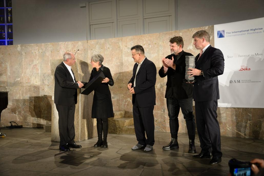 Architektui L. Benjamín Romano atiteko IHA 2018 apdovanojimo 50.000 eurų premija bei menininko Thomaso Demando sukurta speciali apdovanojimo statulėlė. Foto: Thomas Schroeder