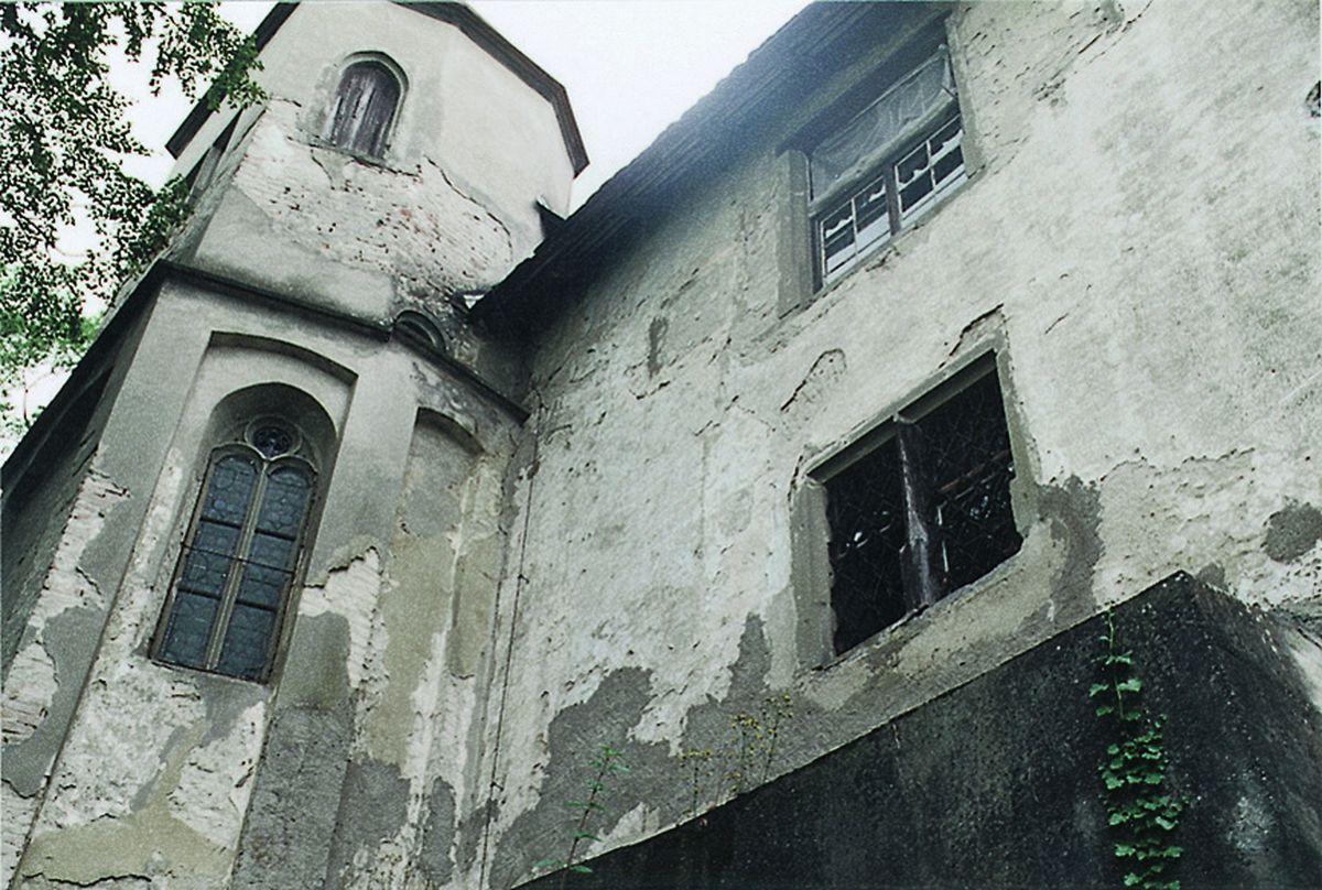 Bažnyčios fasadas paveiktas ilgametės erozijos.