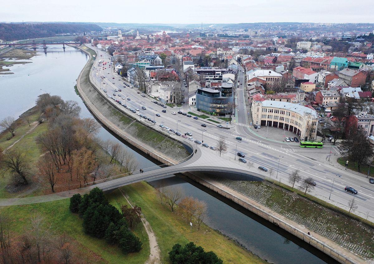 """Vaizdas iš viršaus į Kanalo tiltą ir formuojamą prieigų aikštę ties Ugniagesių sankryža(""""KILD architektai"""", """"TEC Infrastructure"""")"""