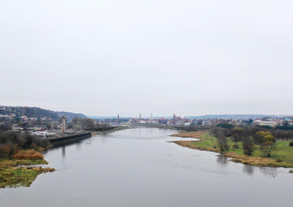"""Vaizdas nuo upės vidurio link Senamiesčio (""""KILD architektai"""", """"TEC Infrastructure"""")"""
