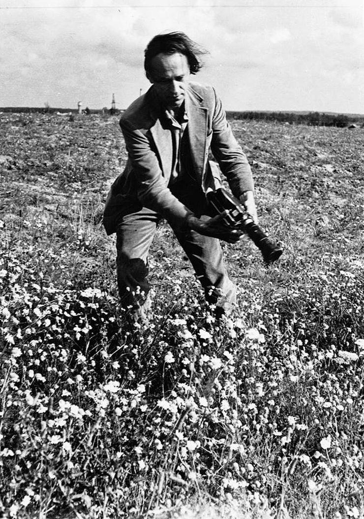"""Amerikos avangardinio kino krikštatėvis retai skirdavosi su savo legendiniu 16 mm """"Bolex'u"""". Foto: PILOTAS.LT archyvas"""