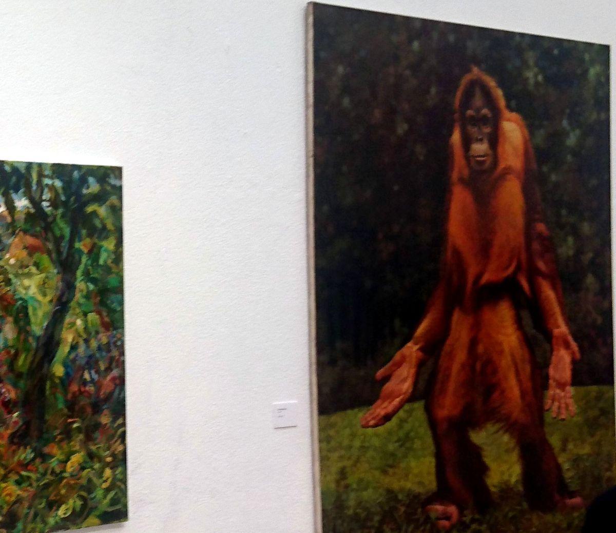 """Dailininkas Pranas Griušys 7-ąjį kartą kasmetinės Kauno parodos-konkurso """"Geriausias metų kūrinys"""" laureatu tapo su sutrikusį orangutaną vaizduojančiu realistiniu kūriniu """"Ką daryti?"""". Foto: ©PILOTAS.LT"""