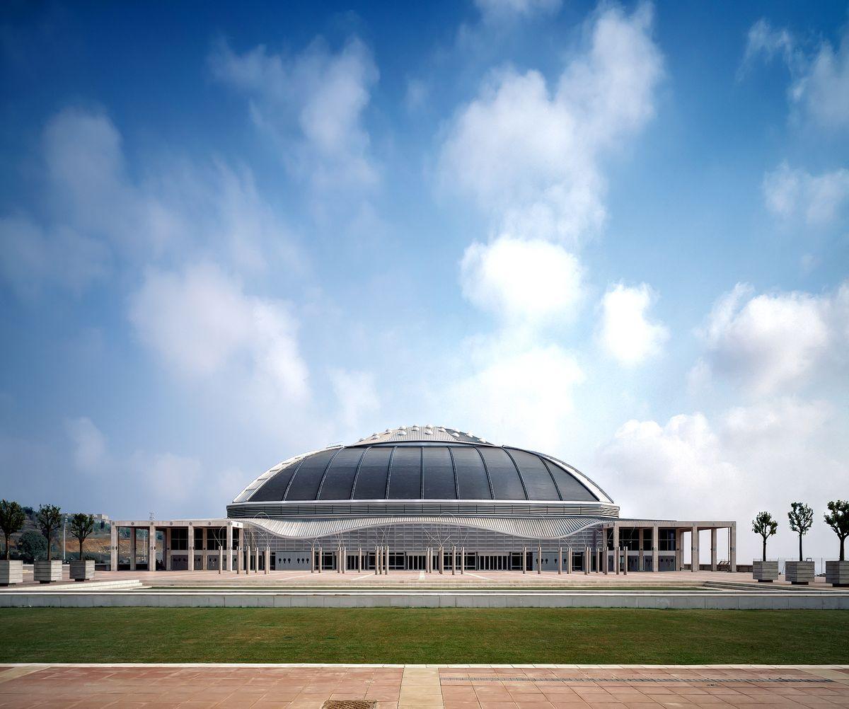 "Barselonos vasaros olimpiados arena ""Palau Sant Jordi"", arch. ""Arata Isozaki & Associates"" . Foto: Hisao Suzuki"