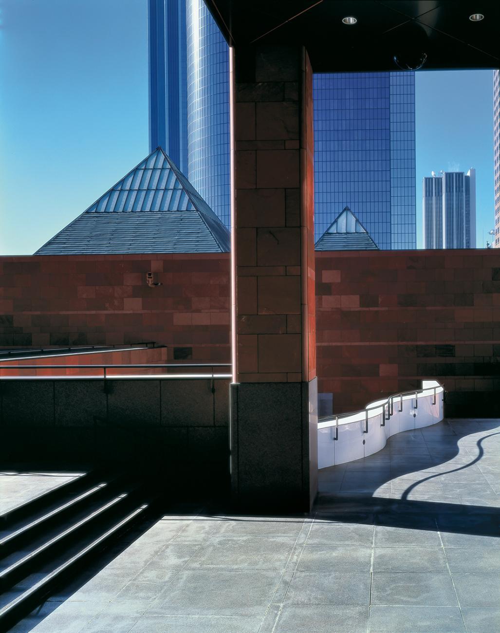 """Šiuolaikinio meno muziejus Los Andžele, arch. """"Arata Isozaki & Associates"""" . Foto: Yasuhiro Ishimoto"""