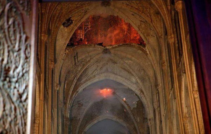 Paryžiaus Dievo Motinos katedra po gaisro. Foto: interneto šaltiniai.