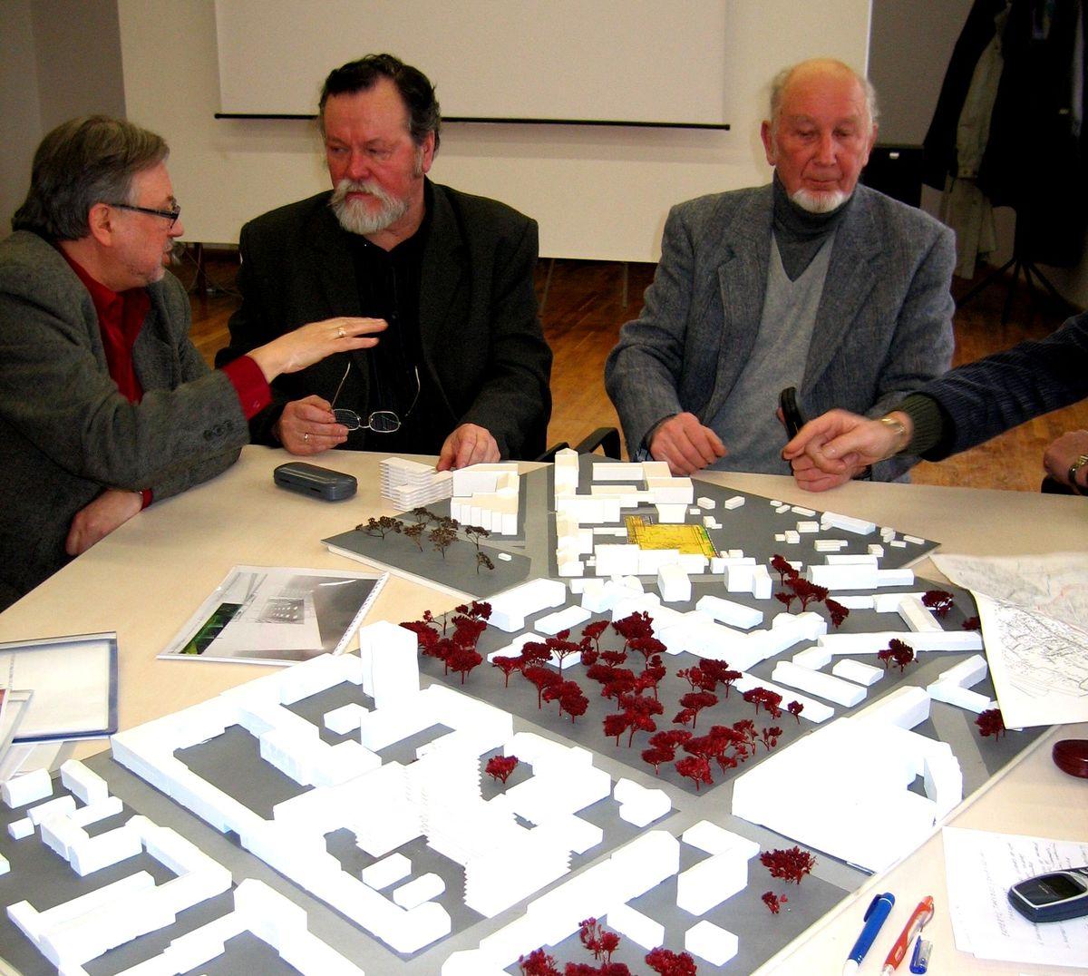 Greta architekto darbo, Alfredas Jakučiūnas ilgus metus dirbo įvairiausiose architektūrinėse komisijose ir tarybose. Foto: Pilotas.LT archyvas, 2005.