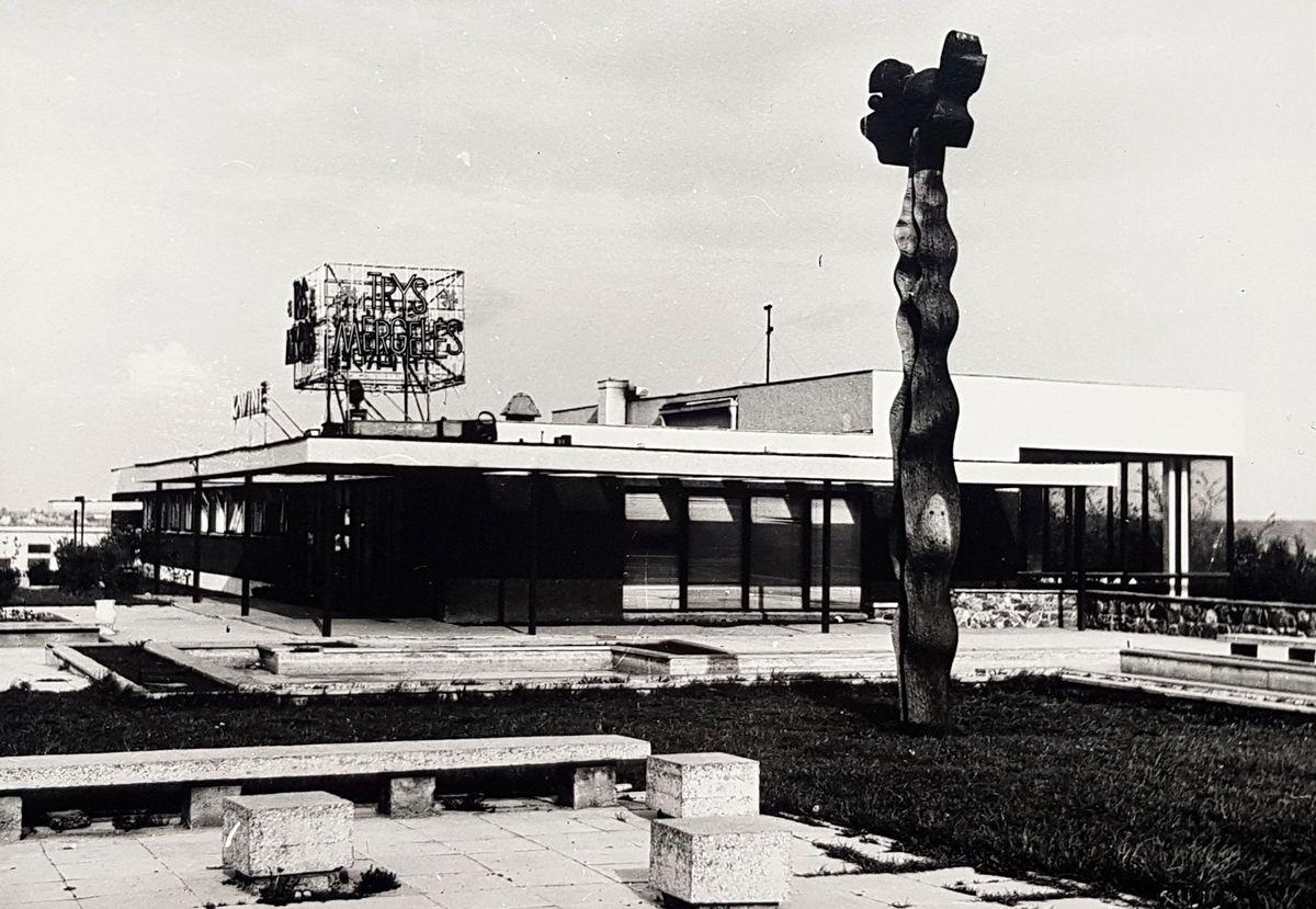 """Vienas ryškiausių Alfredo Jakučiūno kūrinių – restoranas """"Trys mergelės"""" Kaune, sukurtas 1968-aisiais su Viktorija Jakučiūniene. (Dabar suniokotas). Foto: Pilotas.LT archyvas, 1968, 1995."""