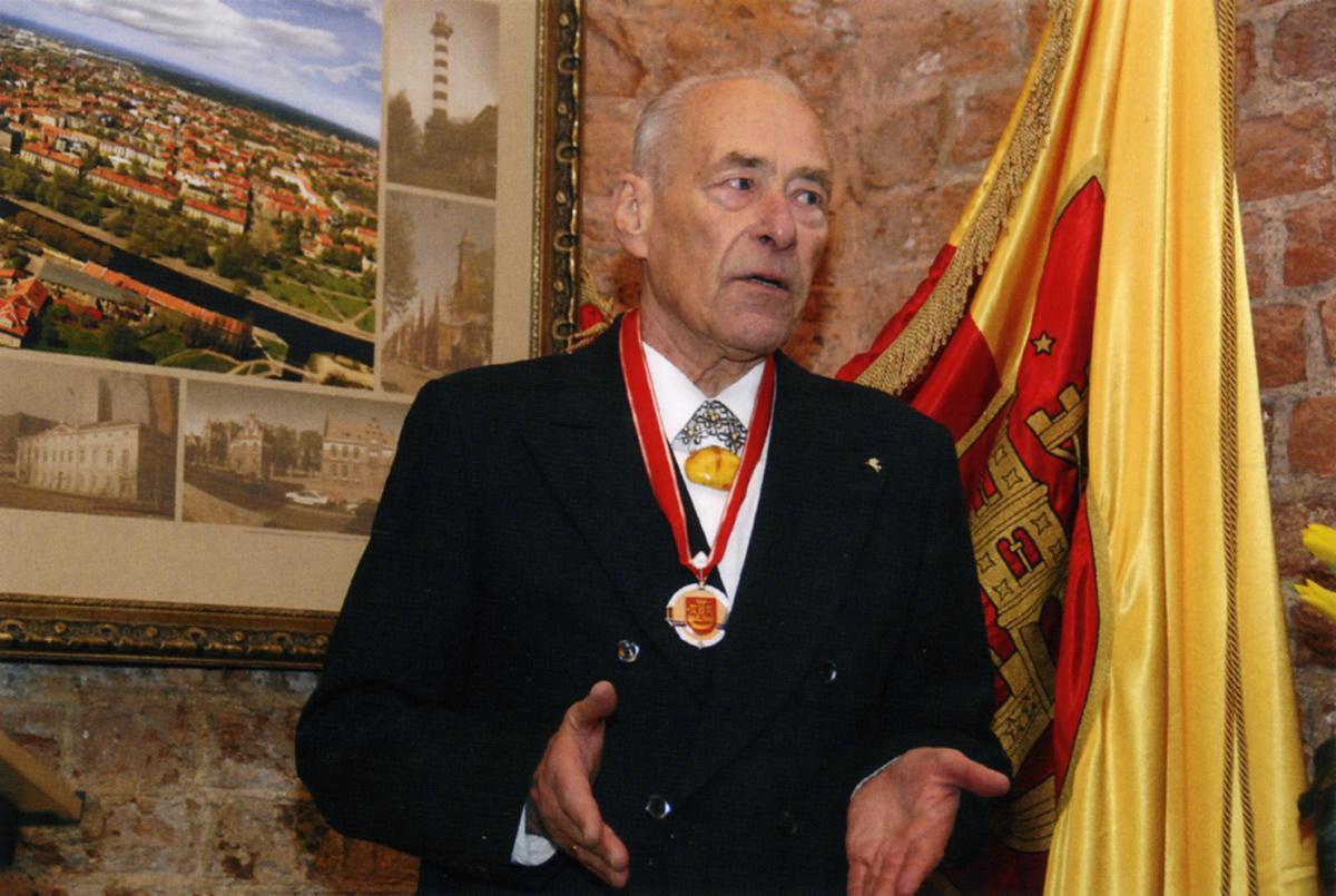 Architektui Alfredui Gyčiui Tiškui už nuopelnus uostamiesčiui 2007 metais suteiktas Klaipėdos garbės piliečio vardas. Foto: Mažosios Lietuvos istorijos muziejus
