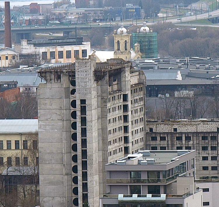 Pagal arch. A.Paulausko projektą 1986 m. pradėtas statyti 48,77 m aukščio monolitinio gelžbetonio viešbutis iki šiol nugriauti ir perstatyti planuotas daugybę kartų. Foto: ©PILOTAS.LT