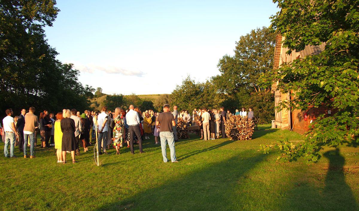 """Festivalio """"Land Art"""" darbų pristatymo vakaro dalyviams labiausiai imponavo skulptoriaus Kęstučio Lanausko kolektyvo prie kluono vartų įkomponuoti svarmenys. Foto: ©PILOTAS.LT"""