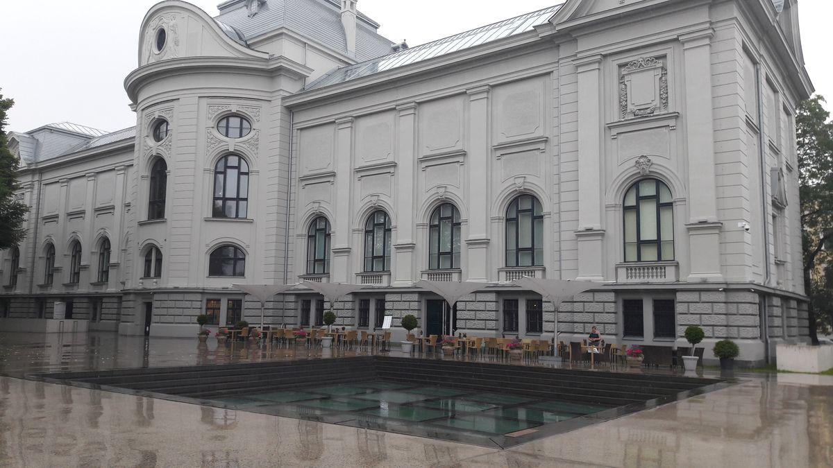 """Latvijos Nacionalinis muziejus Rygoje (sistema """"Compact roof"""" ant rūsio perdangos, skirtos pėstiesiems ir sunkiąjam transportui)"""