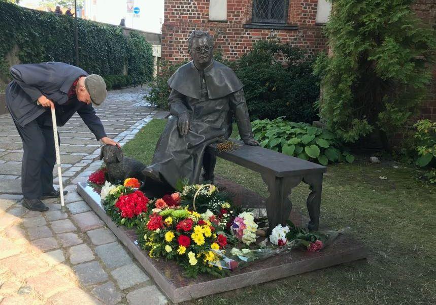 Paminklas Juozui Tumui-Vaižgantui Vytauto Didžiojo bažnyčios šventoriuje Kaune. Skulptorius Gediminas Piekuras.