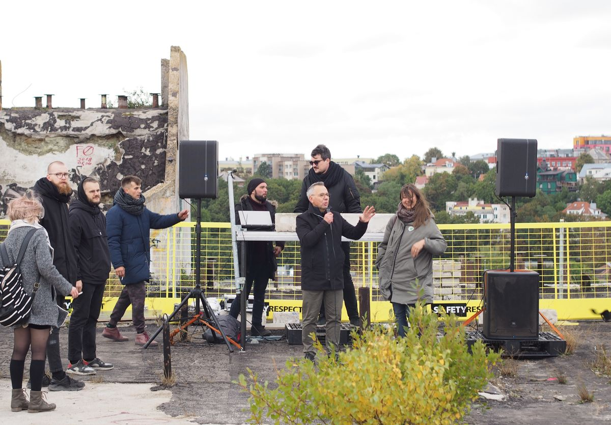 Festivalio organizatoriai, pasveikinę atidarymo renginio dalyvius, įsiklausyti į vietos aplinką pasiūlė patiems. Foto: ©PILOTAS.LT