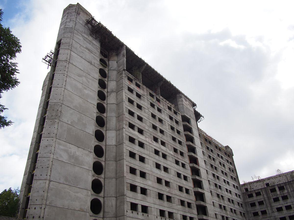 """Pagal architekto Alfredo Paulausko projektą 1986 metais Kęstučio g. 26 pradėtas statyti 49 m aukščio gelžbetoninis viešbutis """"Britanika"""" Kauno tapatumą įtakoja jau 3 dešimtmečius. Foto: ©PILOTAS.LT"""