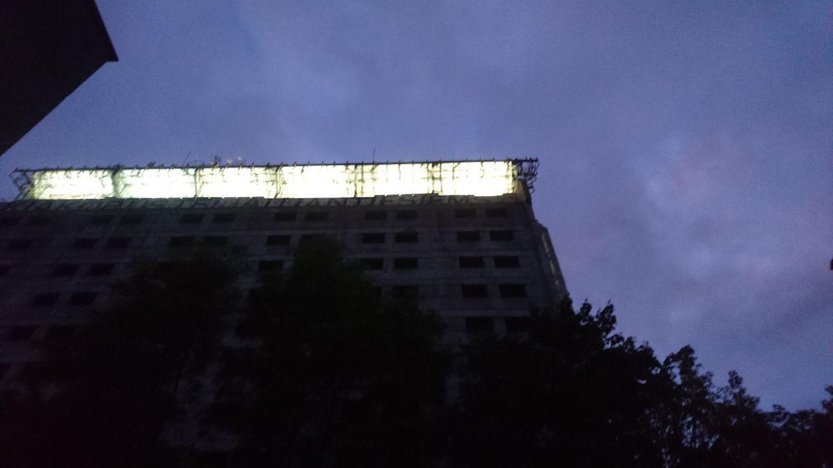 """""""Britanikos"""" viešbučio tūrį vakare perbraukusį minimalistinį šviesos potėpį galima suprasti ir kaip optimistinį ženklą, jog ši įsisenėjusi Kauno centro urbanistinė problema greitai išsispręs. Foto: ©PILOTAS.LT"""