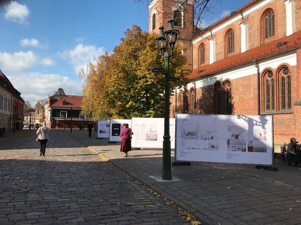 """Tarptautinio architektūros turnyro """"Studijų KAFe 2019"""" darbų ekspoziciją dar galima apžiūrėti prie Kauno senamiestyje, prie Arkikatedros bazilikos"""