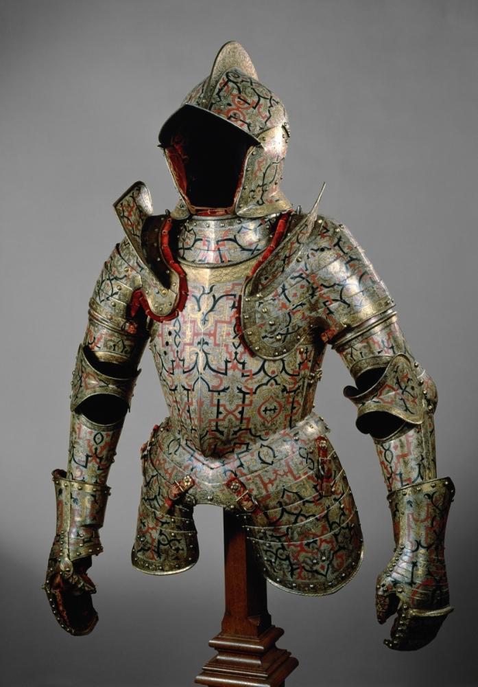 Viršutinė Lietuvos didžiojo kanclerio ir maršalkos Mikalojaus Radvilos Juodojo šarvų dalis. Prabanga šarvai prilygsta Europos valdovų šarvams. Panašius šarvus pas tą patį meistrą užsisakė ir Lietuvos didysis kunigaikštis bei Lenkijos karalius Žygimantas Augustas, bet Radvilos šarvai yra labiau dekoruoti ir sudaryti iš daugiau dalių. Kuncas Lochneris (Kunz Lochner), Niurnbergas, apie 1555. Vienos meno istorijos muziejus
