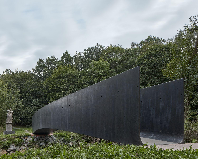 """Tilto kompoziciją subtiliai papildo iš tos pačios medžiagos pagaminta prof. Jano Hendrycho skulptūra """"Globėjas"""""""