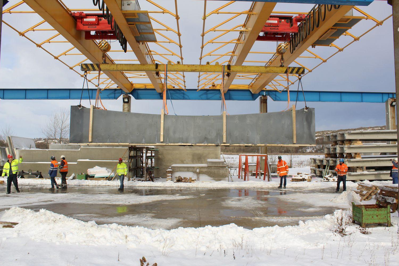 Tiltas buvo išlietas ir rankomis apdailintas gamykloje, o tai leido jo sąmatą sumažinti iki 27.000 Eur.