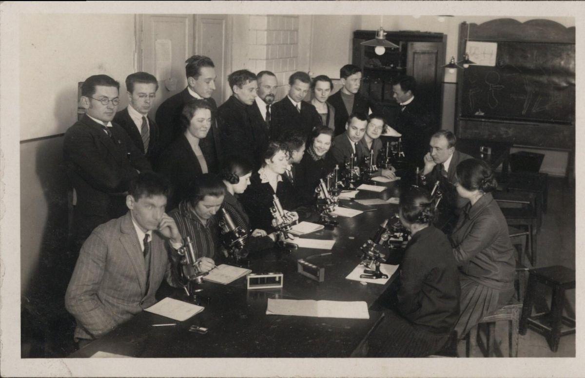 Aukštųjų kursų Medicinos skyriaus histologijos praktikos darbai 1921 m. Iš LSMU Lietuvos medicinos ir farmacijos istorijos muziejaus rinkinių.